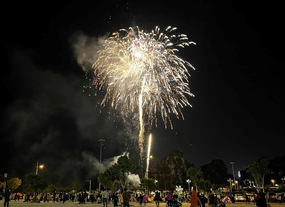 Quảng Ninh bắn pháo hoa tầm thấp tại Quảng trường 30/10, TP Hạ Long dịp Tết dương lịch 2021. Ảnh: Minh Cương