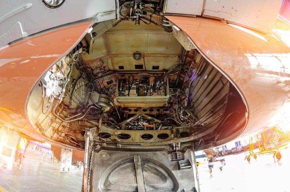 Khoang chứa càng đáp của một máy bay chở khách. Ảnh: Aleksandr Papichev.