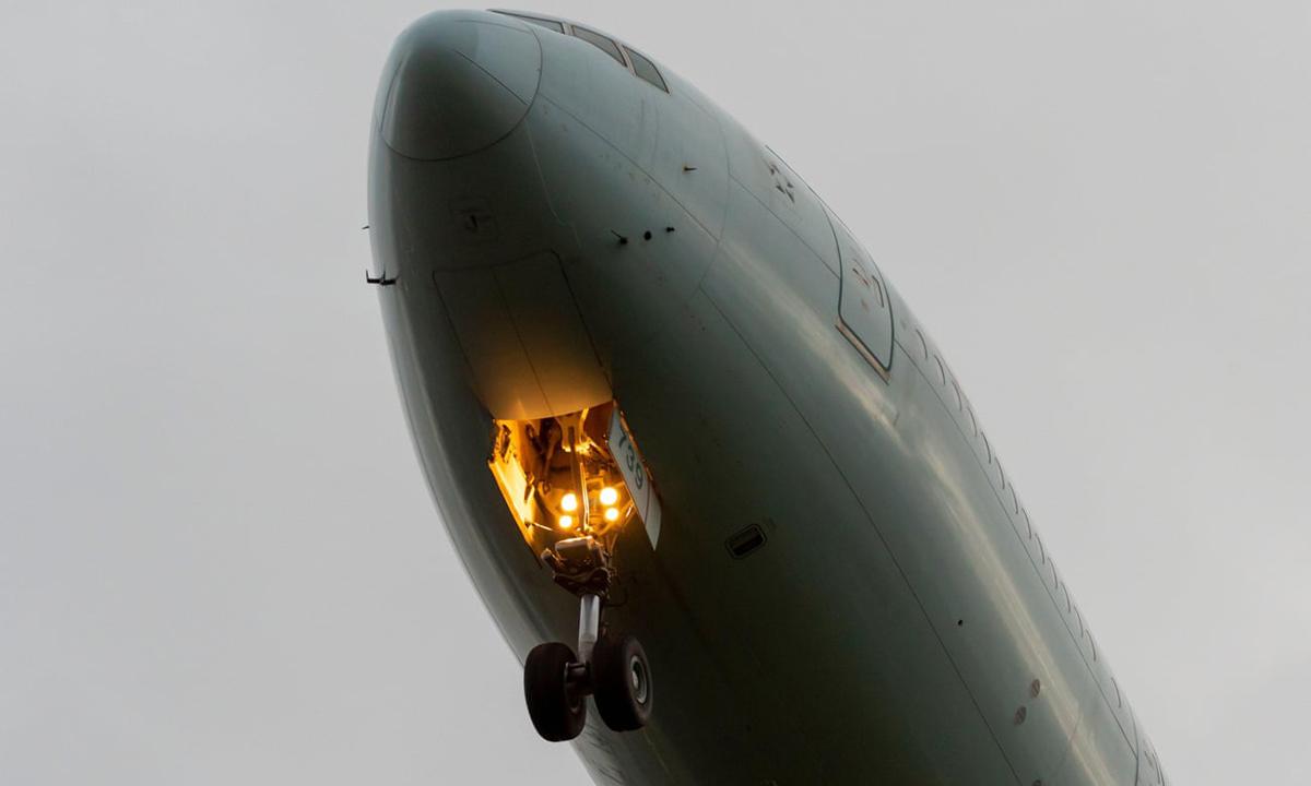 Một máy bay hạ càng đáp khi chuẩn bị hạ cánh tại sân bay Heathrow, London, Anh. Ảnh: Avpics.