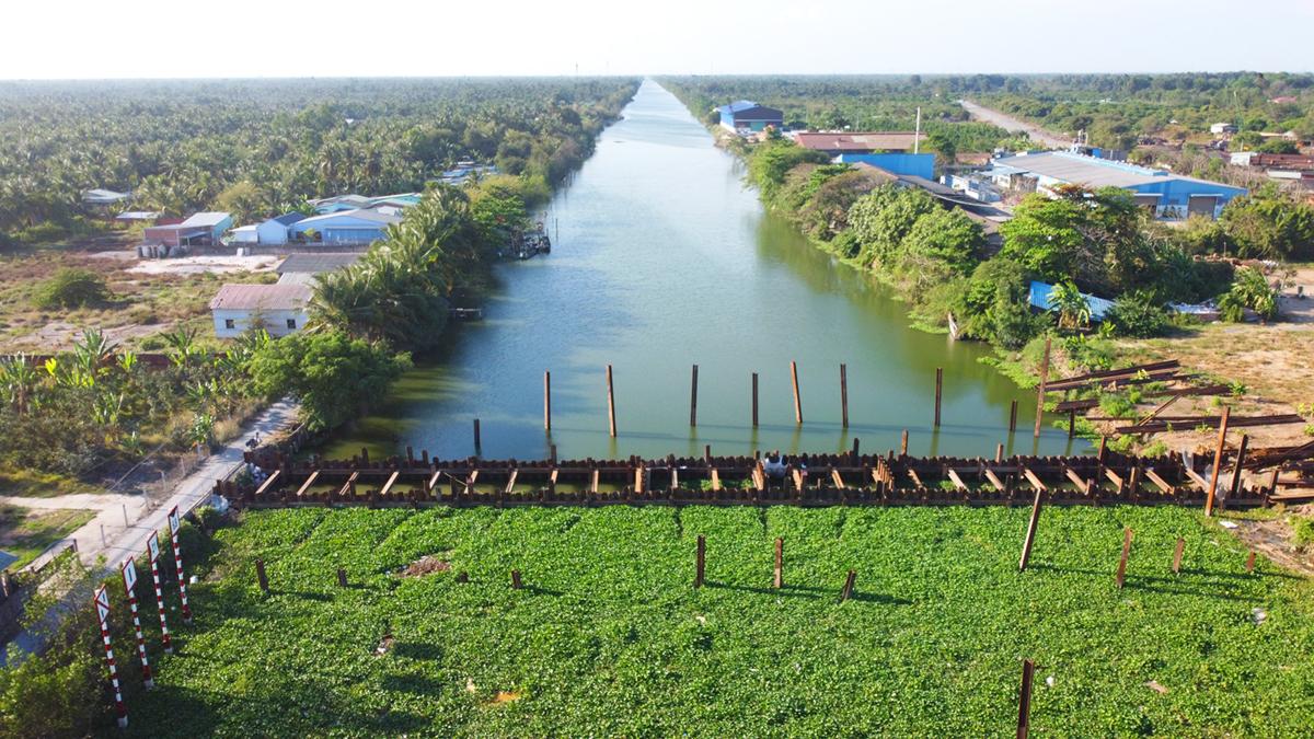 Đập thép trên kênh Nguyễn Tấn Thành sẽ được tháo dỡ trong 10 ngày tới. Ảnh: Hoàng Nam
