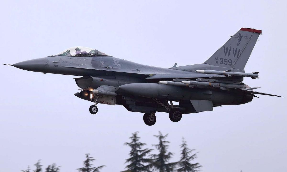 Tiêm kích F-16CM đáp xuống Yokota sau chuyến bay ở Biển Đông hôm 17/4. Ảnh: Twitter/marq93hispeed.