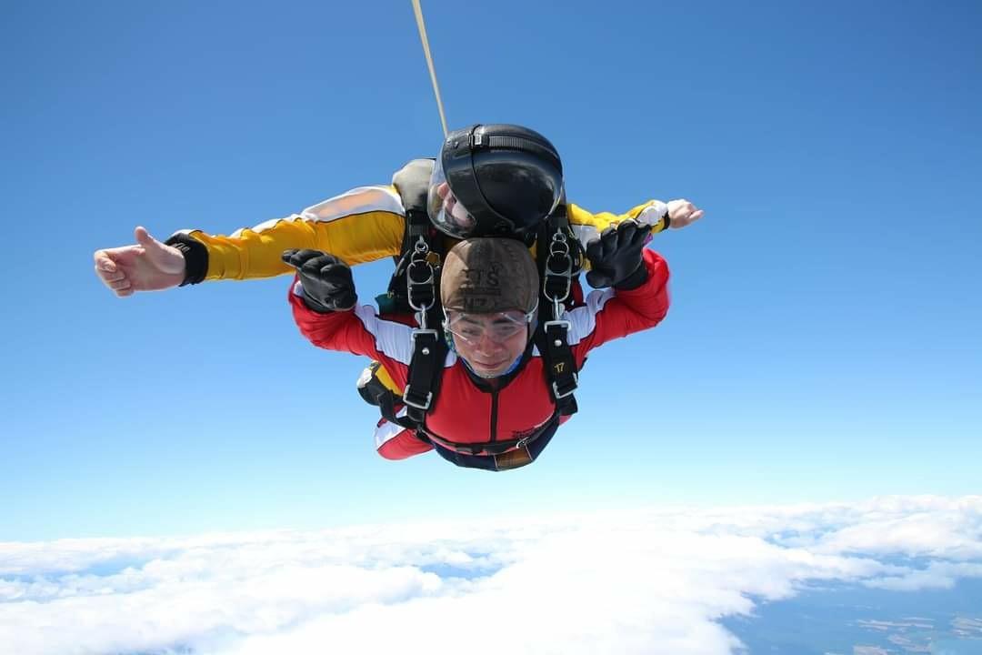 Anh Phúc trải nghiệm nhảy dù từ độ cao 4.600 m ở đảo Bắc New Zealand. Ảnh: Nhân vật cung cấp