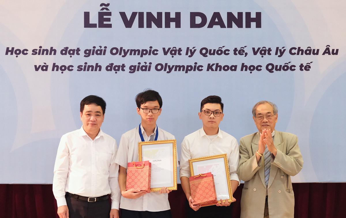 Học sinh đạt giải thưởng Vật lý quốc tế được tặng giấy khen và sách trong lễ vinh danh. Ảnh: Dương Tâm.