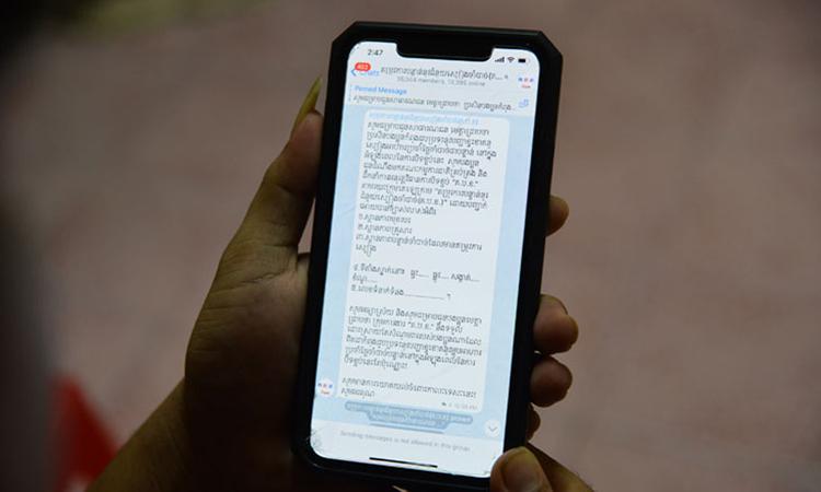 Một người dân xin trợ cấp lương thực thông qua ứng dụng Telegram ở Phnom Penh trong thời gian phong tỏa. Ảnh: Khmer Times.