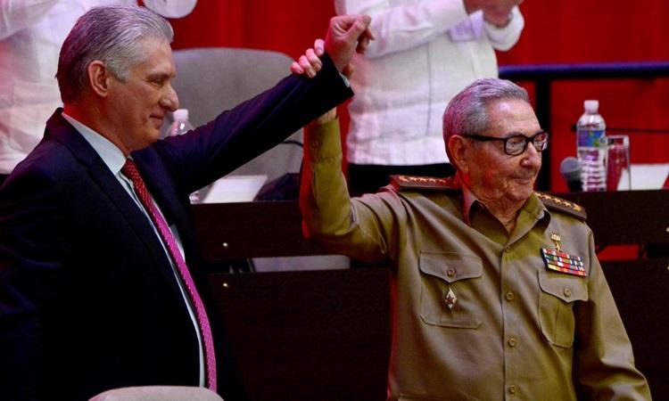 Raul Castro (phải) cầm tay Miguel Diaz-Canel giơ lên sau khi Diaz-Canel được bầu làm Bí thư thứ nhất tại đại hội lần thứ tám của đảng Cộng sản Cuba ở Havana hôm 19/4. Ảnh: AFP.