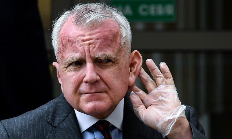 Đại sứ Mỹ tại Nga John Sullivan trả lời báo chí bên ngoài tòa án ở Moskva tháng 6/2020. Ảnh: AFP.