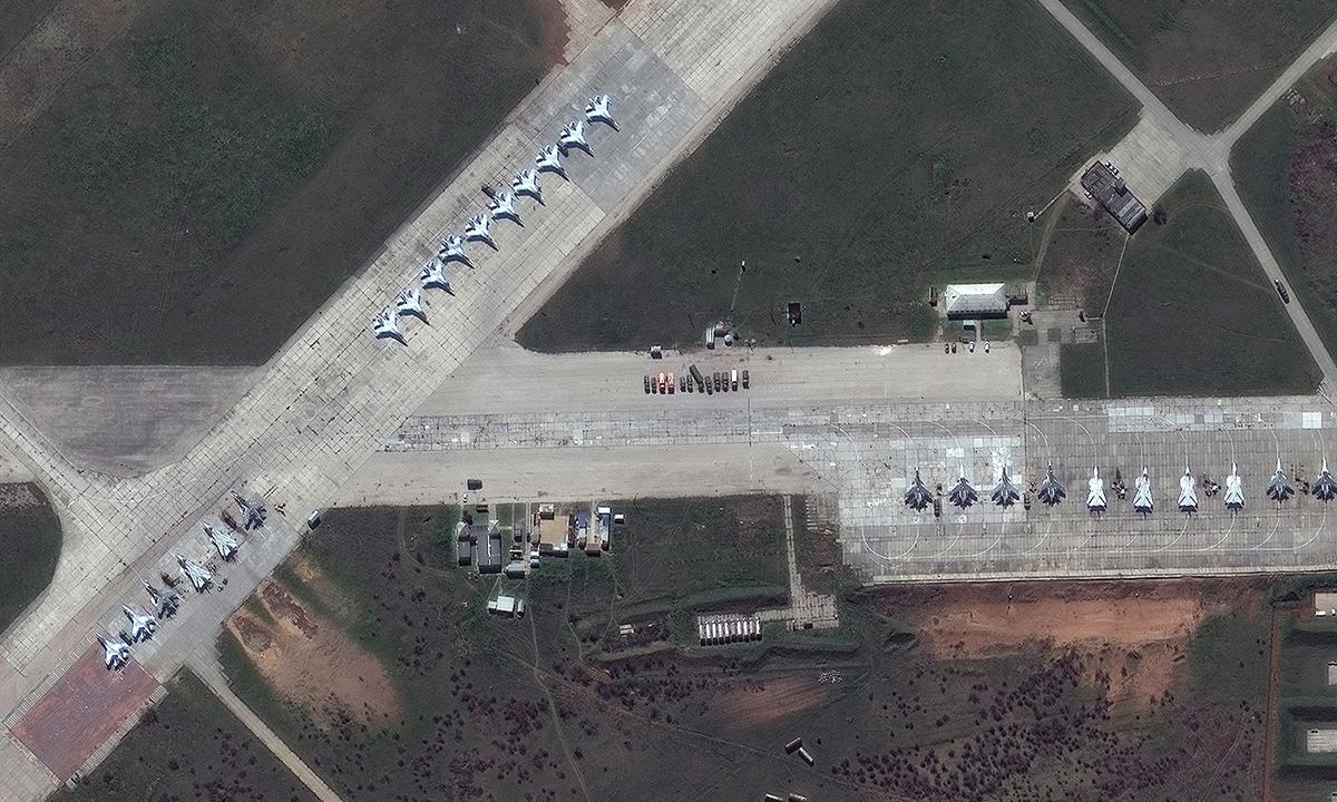 Các tiêm kích Su-30 của Nga tại căn cứ không quân Saki trên bán đảo Crimea trong ảnh vệ tinh ngày 16/4. Ảnh: Maxar Technologies.