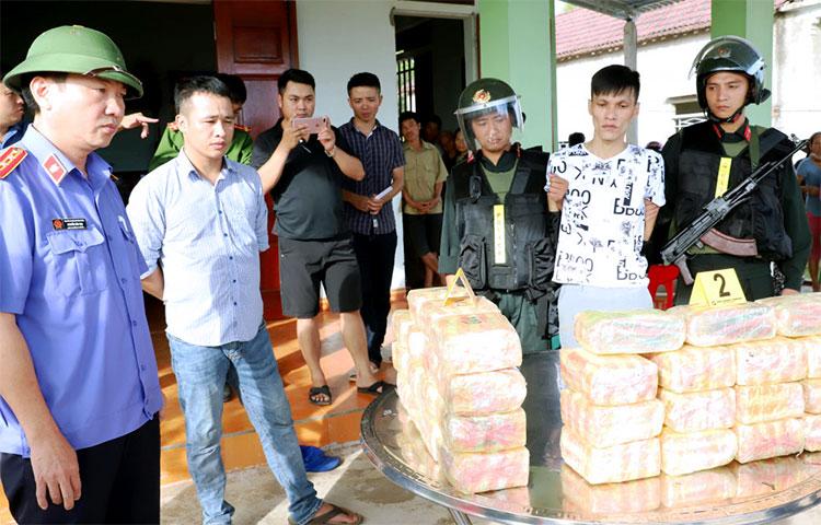 Bị cáo Tịnh (thứ hai từ phải qua) cùng tang vật ma túy lúc bị bắt. Ảnh: Lý Hùng