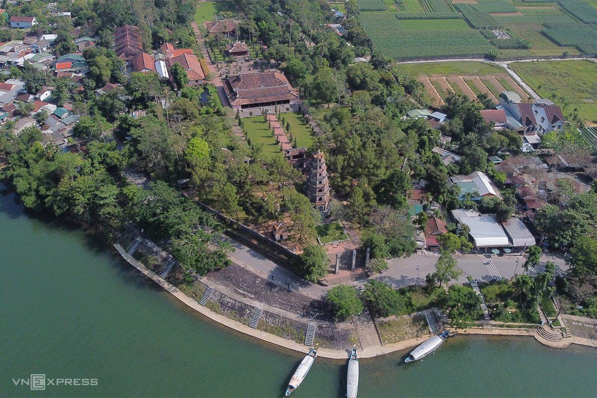 Cảnh quan khu vực chùa Thiên Mụ bên bờ sông Hương. Ảnh: Võ Thạnh