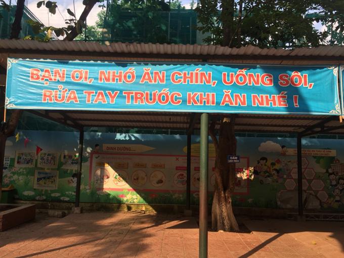 Băng rôn tuyên truyền về an toàn thực phẩm được dán trên tường, treo khắp nơi trong khuôn viên trường Tiểu học Thịnh Quang, giúp học sinh dễ thuộc, dễ nhớ. Ảnh: Trường Tiểu học Thịnh Quang.