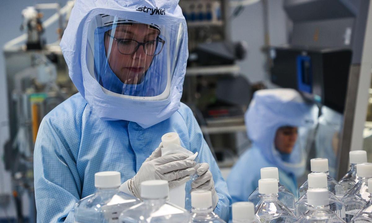 Nhân viên chuẩn bị vật liệu thô cho mRNA, bước đầu tiên để sản xuất vaccine Covid-19, tại phòng thí nghiệm của BioNTech ở Marburg, Đức hồi tháng 3. Ảnh: Bloomberg.