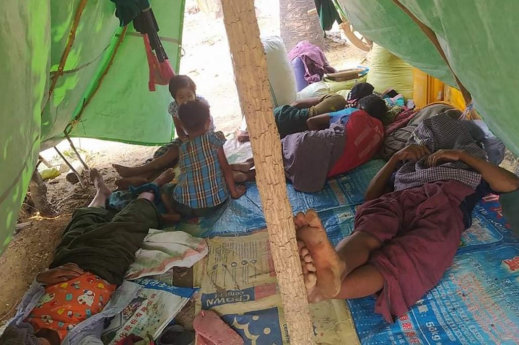 Người di tản nghỉ ngơi trong lán tạm sau khi chạy trốn khỏi làng quê ở thị trấn Kani, vùng Sagaing, tây bắc Myanmar, hôm 19/4. Ảnh: AFP