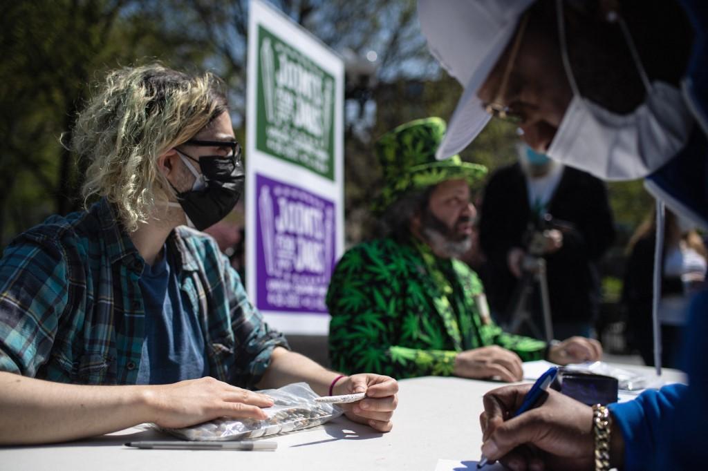 Các nhà hoạt động phát cần sa ở New York ngày 20/4. Ảnh: AFP.