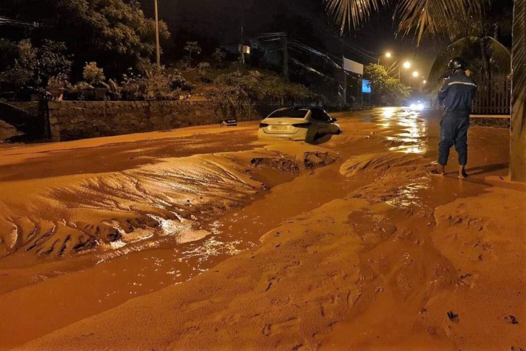 Lũ cát đỏ làm ngập đường ven biển Mũi Né, khiến một chiếc ô tô mắc kẹt, đêm 20/4. Ảnh: Đức Huynh.