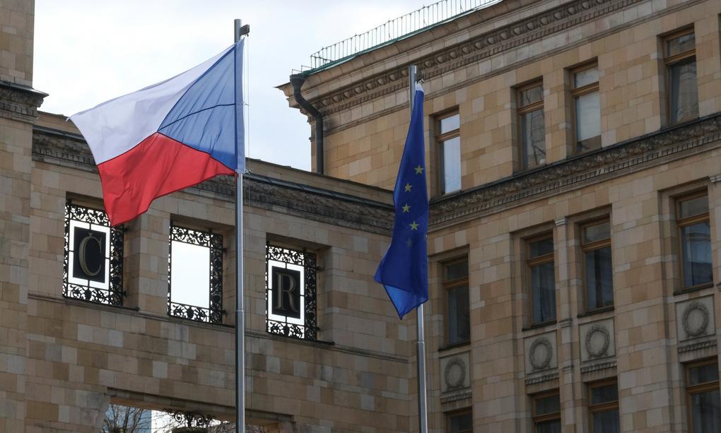 Cờ Czech và Liên minh châu Âu trong đại sứ quán Czech ở Moskva hôm 18/4. Ảnh: Reuters.