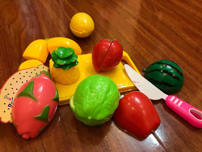 Các món đồ chơi bằng nhựa với giá vài chục nghìn đồng chị Hạnh từng mua cho con. Ảnh: NVCC.