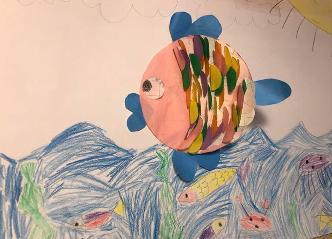 Chị Hạnh hướng dẫn con làm con cá thủ công từ giấy màu. Ảnh: NVCC.