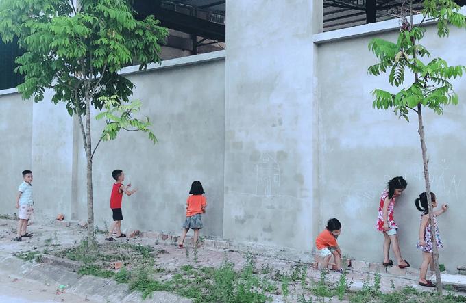 Chị Thuý khuyến khích con chơi với môi trường thiên nhiên, các bạn nhỏ trong xóm, thay vì dán mắt vào điện thoại và tivi. Ảnh: NVCC.