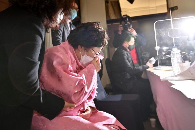 Một người Hàn Quốc từng là phụ nữ giải khuây khóc trong cuộc họp báo ở Seoul hồi tháng hai. Ảnh: AFP.
