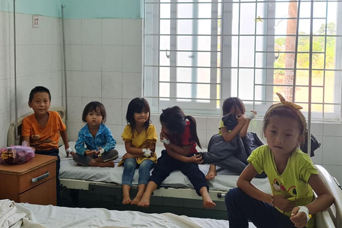 Nhiều đứa trẻ nghi ngộ độc sau tiệc cưới đang được điều trị tại Bệnh viện đa khoa Đăk Nông. Ảnh: Ngọc Oanh.