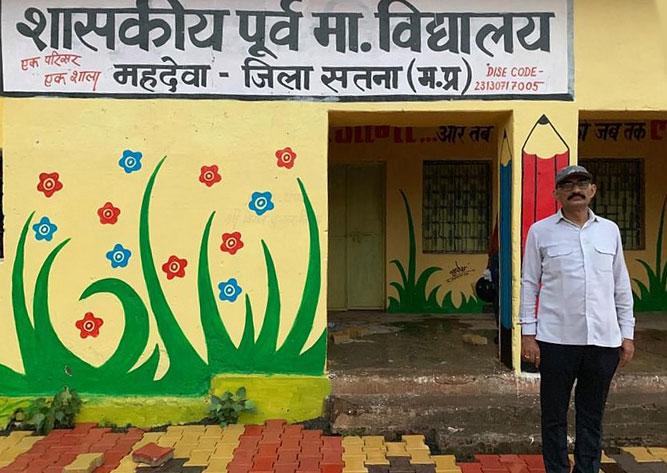 Hiệu trưởng Alok Tripathi. Ảnh: The Better India.