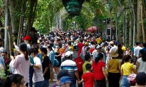 Thảo Cầm Viên Sài Gòn đông nghịt người chơi lễ