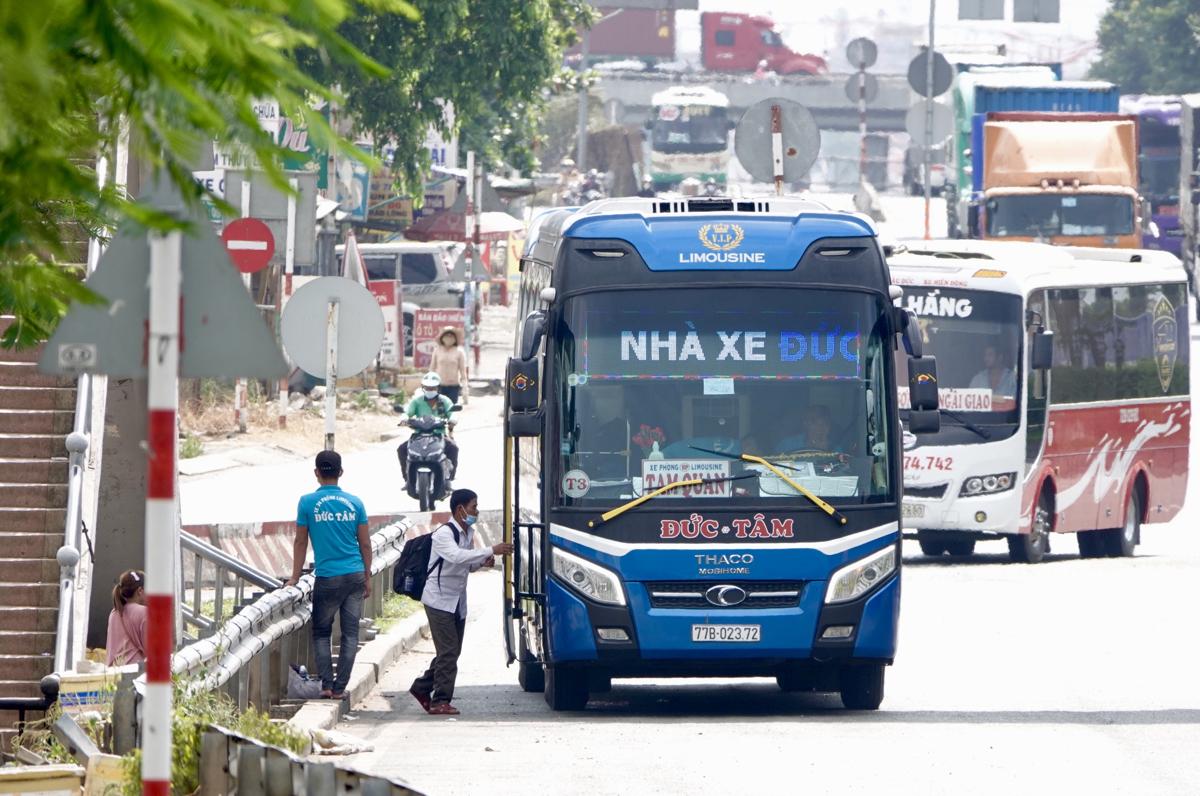 Một xe dù đón khách trên quốc lộ 1, đoạn trước khu du lịch Suối Tiên, ngày 24/3. Ảnh: Gia Minh.