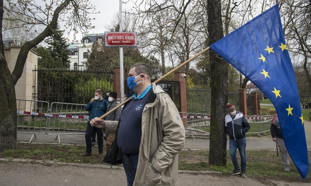 Một người biểu tình cầm cờ EU bên ngoài đại sứ quán Nga tại Praha, Czech, hôm 18/4. Ảnh: AFP.