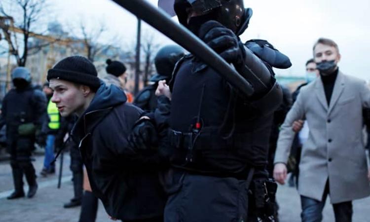 Lực lượng an ninh Nga bắt một người biểu tình ủng hộ nhà hoạt động đối lập Alexei Navalny tại thành phố St.Petersburg hôm 21/4. Ảnh: Reuters.