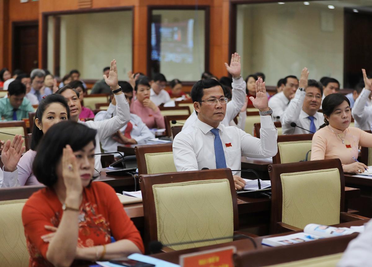 Đại biểu HĐND thành phố biểu quyết giữ nguyên hệ số điều chỉnh giá đất năm 2021, sáng 22/4. Ảnh: Quỳnh Trần.