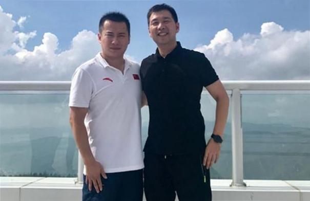 Tiêu Khâm xuất hiện trong ảnh chụp cùng bạn bè cũ vài năm sau phán quyết. Ảnh: Sohu.