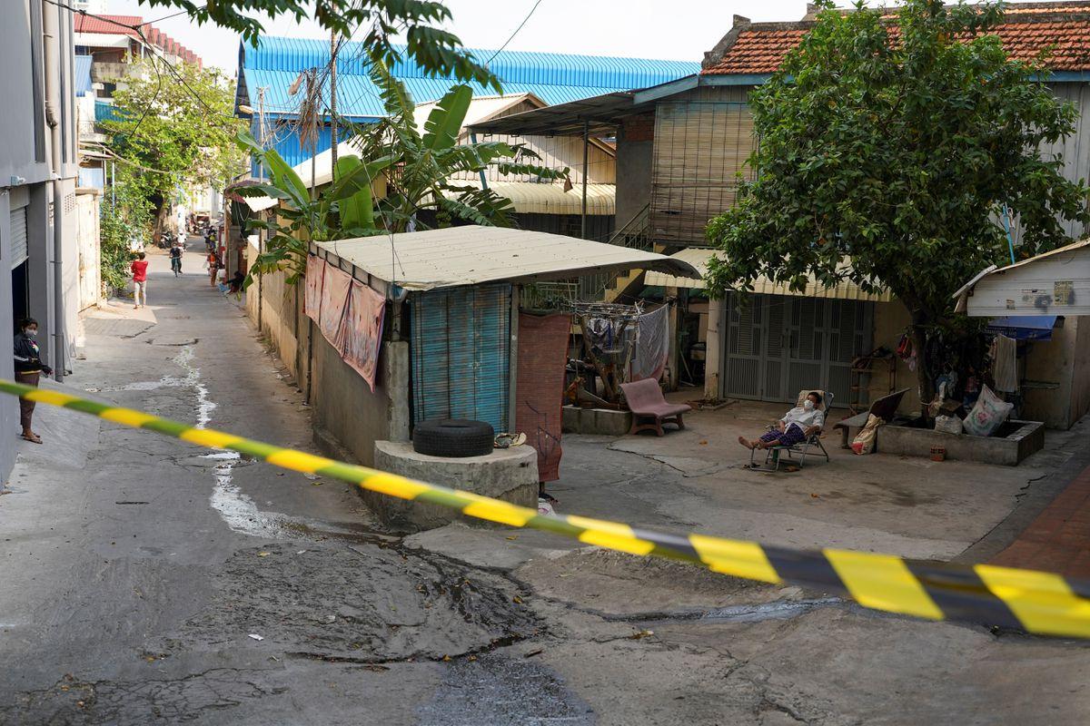 Đường phố Phnom Penh trong đợt phong tỏa ngày 15/4. Ảnh: Reuters.
