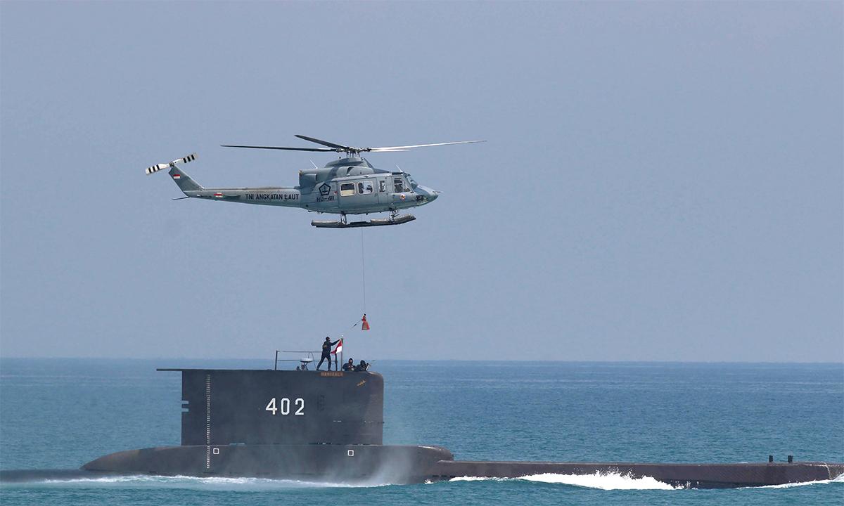 Tàu ngầm KRI  Nanggala diễn tập ngoài khơi thành phố Cilegon của Indonesia tháng 10/2017. Ảnh: AP.