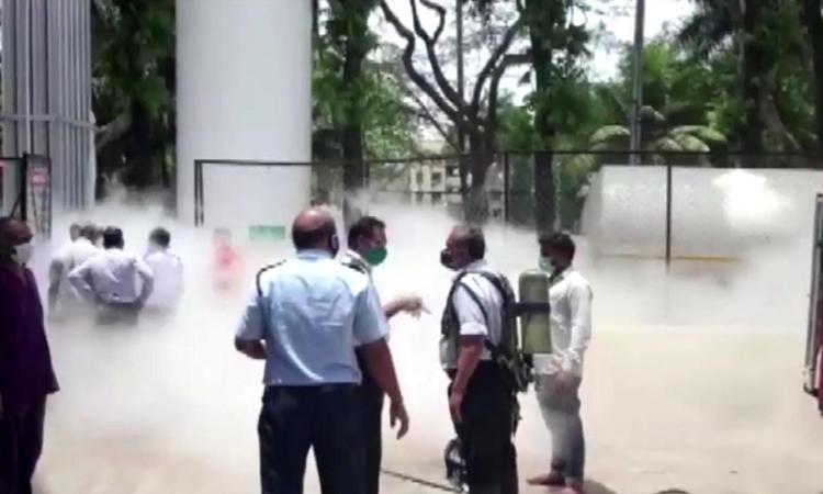 Hiện trường rò rỉ oxy tại bệnh viện Dr Zakir Hussain, thành phố Nashik, bang Maharashtra, Ấn Độ, hôm 21/4. Ảnh: Reuters.