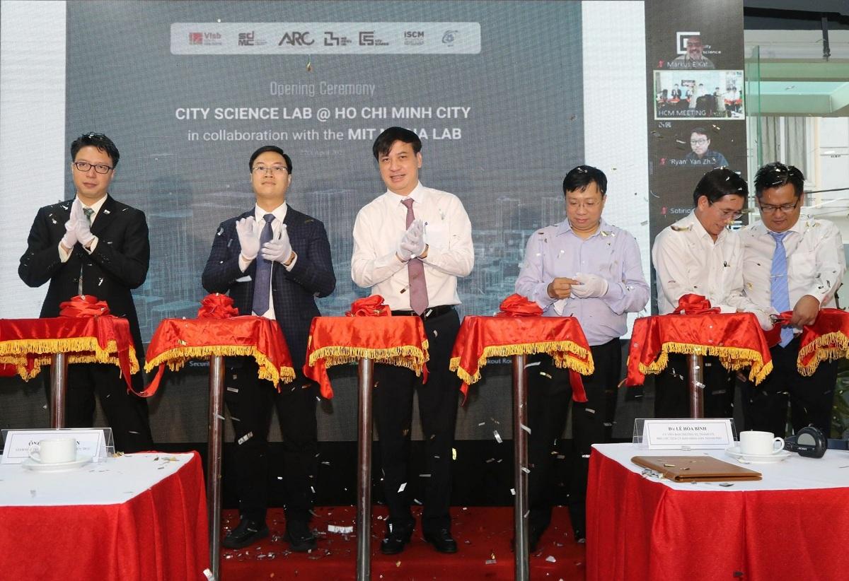 Phó chủ tịch UBND TP HCM Lê Hòa Bình (thứ 3 từ trái sang) cũng đại diện các đơn vị cắt băng khánh thành phòng lab. Ảnh: Vân Vũ.