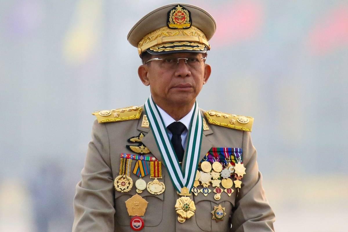 Thống tướng Min Aung Hlaing, người đứng đầu chính phủ quân sự Myanmar sau cuộc chính biến ngày 1/2, duyệt đội hình diễu binh ngày 27/3 ở Naypyitaw. Ảnh: Reuters.