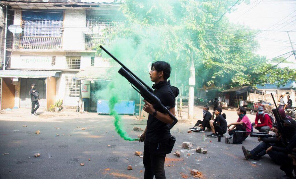 Người biểu tình tại Yangon trang bị súng hơi tự chế đối đầu lực lượng an ninh Myanmar vào ngày 3/4. Ảnh: Reuters.