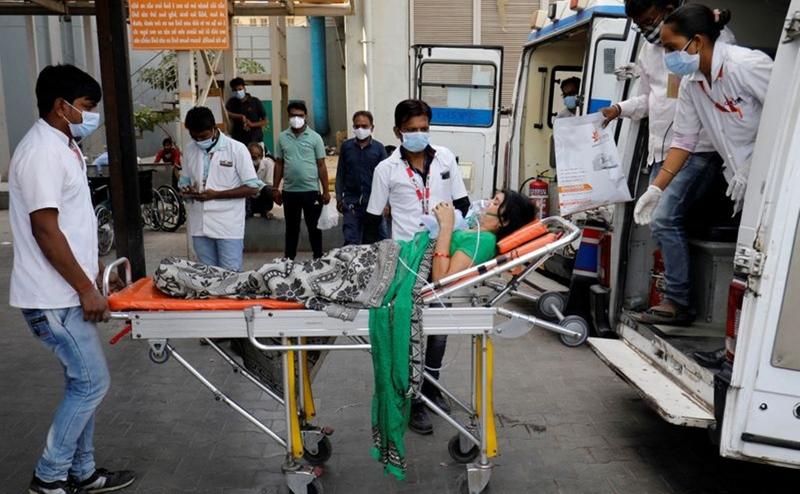 Bệnh nhân Covid-19 đeo mặt nạ oxy được chuyển đến bệnh viện ở thành phố Ahmedabad, bang Gujarat, Ấn Độ để điều trị hôm 21/4. Ảnh: Reuters.