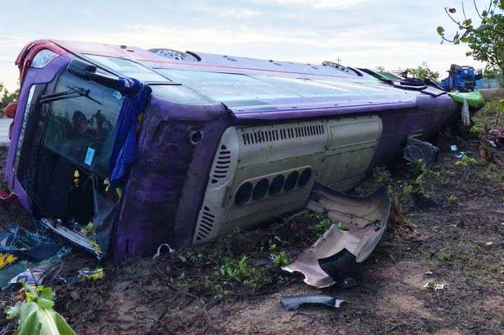 Ôtô giường nằm lật nghiêng bên quốc lộ 14, đêm 21/4. Ảnh: Ngọc Oanh.