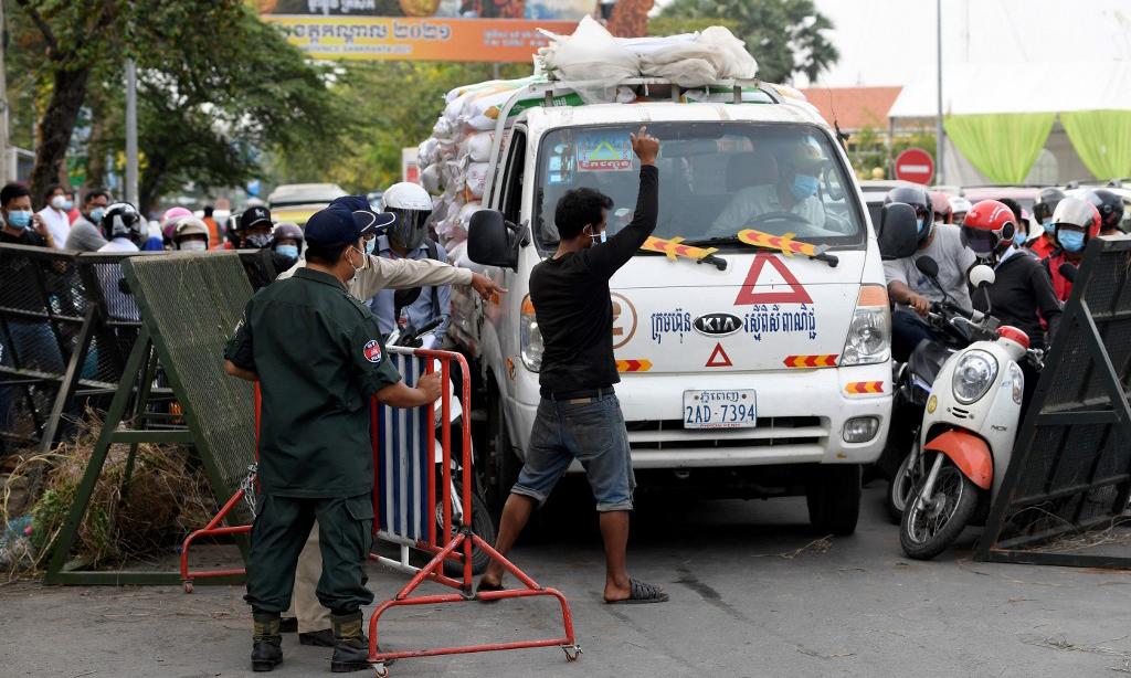 Một trạm kiểm soát tại thủ đô Phnom Penh, Campuchia, hôm 15/4. Ảnh AFP.