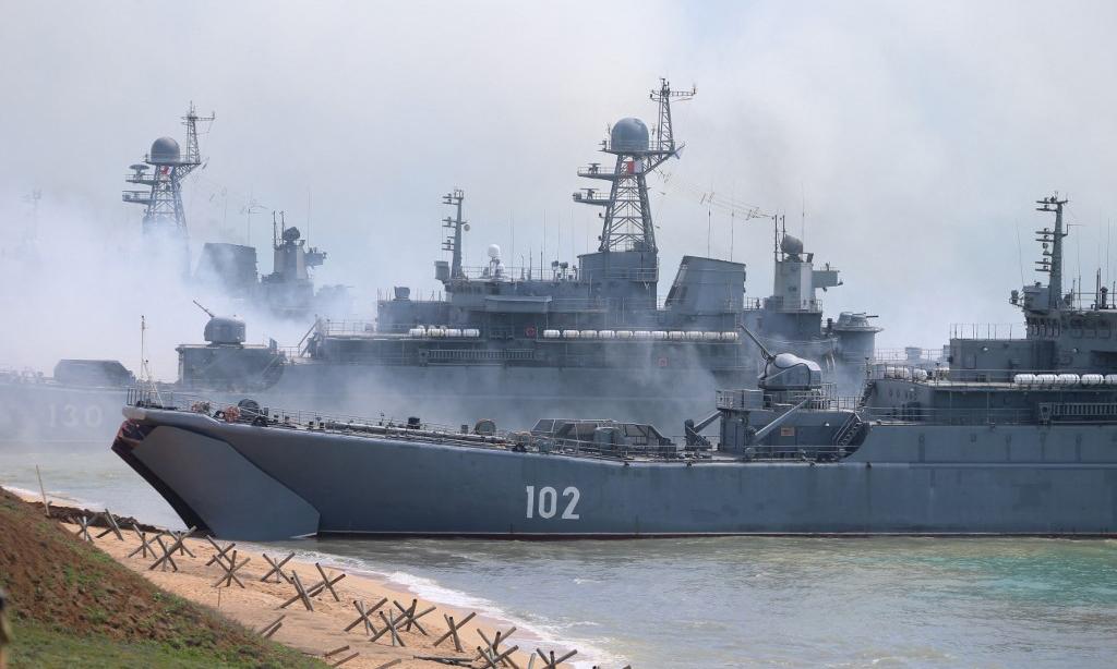Lực lượng Nga đổ bộ vào bờ biển trong cuộc diễn tập gần thị trấn Kerch, phía đông bán đảo Crimea, hôm 22/4. Ảnh: AFP.