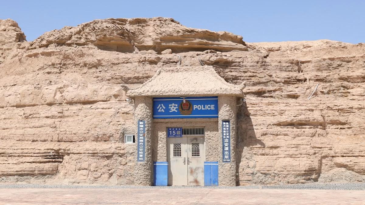 Đồn cảnh sát Nhã Đan tại công viên địa chất Nhã Đan, tỉnh Cam Túc là đồn cảnh sát duy nhất tại Trung Quốc được xây trong hang động. Ảnh: China Daily.