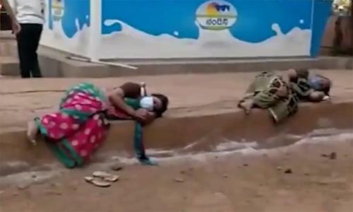 Người Ấn Độ nhiễm nCoV nằm ngủ trên vỉa hè