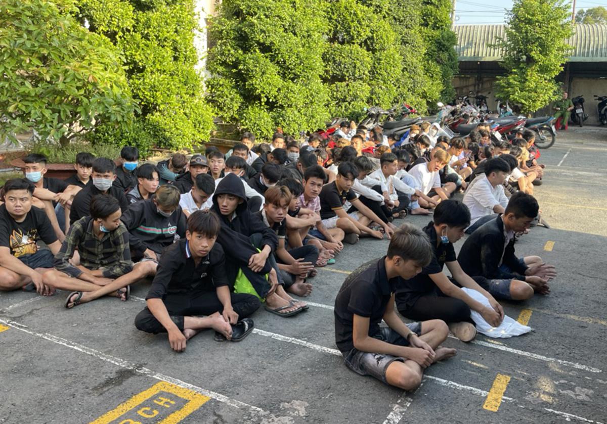 Hàng chục thanh thiếu niên bị công an tạm giữ sau vụ tụ tập đua xe ở thị xã Cai Lậy, Tiền Giang, sáng 11/4. Ảnh: Hồ Nam.