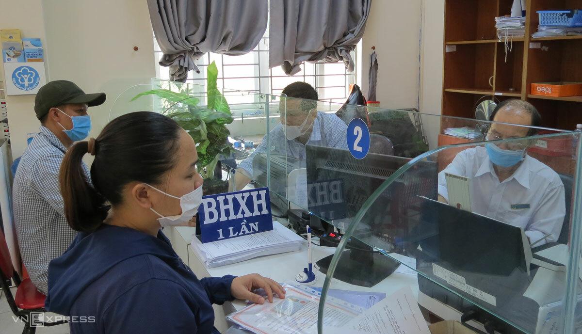 Người lao động làm thủ tục nhận BHXH một lần tại cơ quan BHXH Quận 12, TP HCM, tháng 4/2021. Ảnh: Lê Tuyết