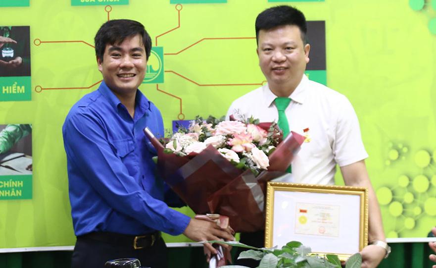 Anh Sinh nhận huy hiệu ngày 23/4. Ảnh: Lam Sơn.