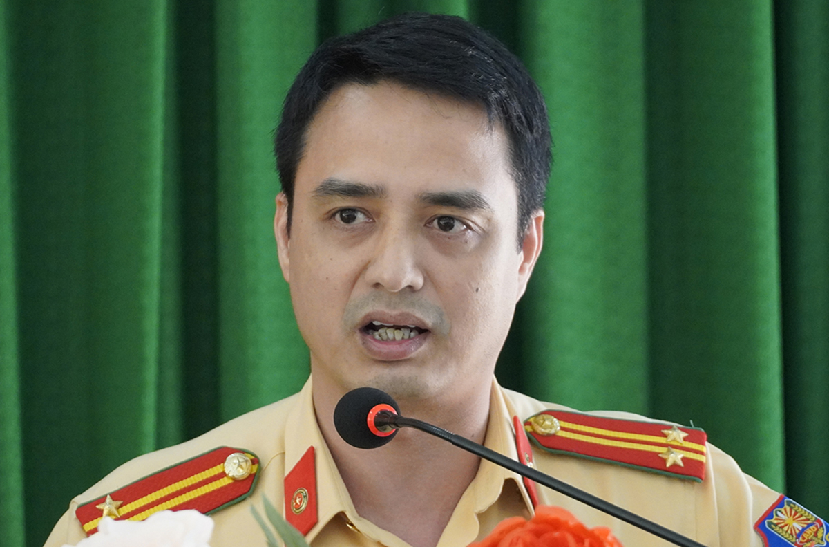 Trung tá Phạm Đức Đông, Cục CSGT, phát biểu tại hội nghị, chiều 23/4. Ảnh: Hoàng Nam.