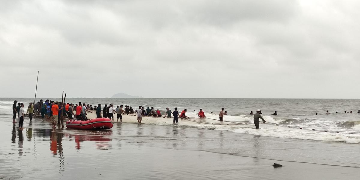 Ngư dân dùng lưới bủa dọc bờ biển xã Hoằng Hải tìm ba học sinh mất tích. Ảnh: Lam Sơn.