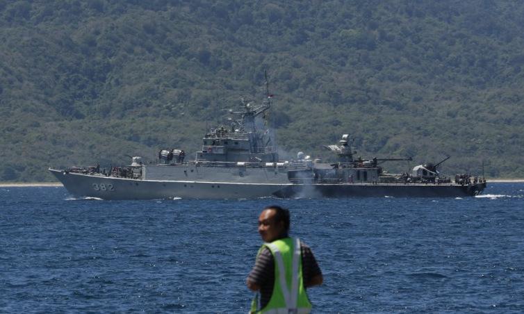 Tàu chiến Indonesia ra khơi hôm 22/4 để tham gia tìm kiếm tàu ngầm Nanggala. Ảnh: AFP.