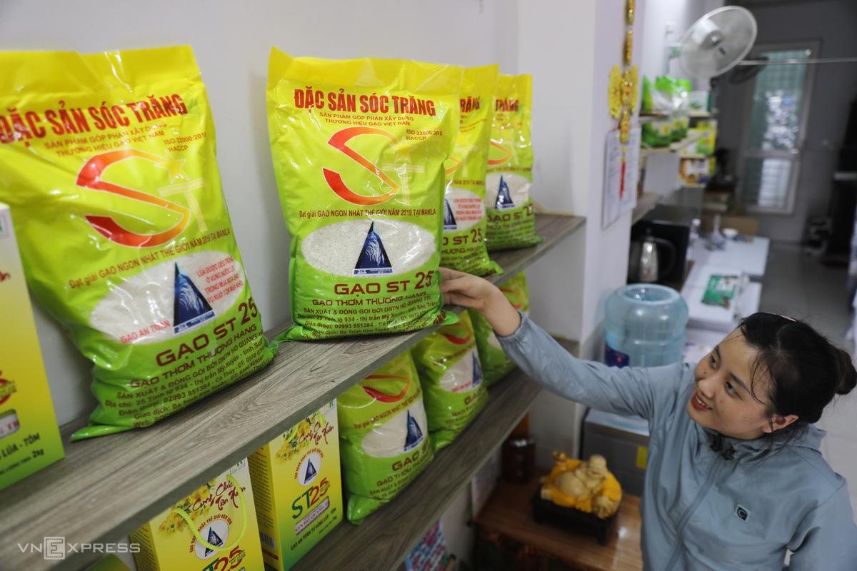 Gạo ST25 được bày bán tại TP HCM. Ảnh: Quỳnh Trần.
